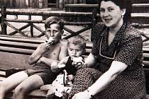 Už jako děti jezdili bratři Jiří a Jan s maminkou na prázdniny do Sloupu v Čechách, kde také vznikla spodní fotografie.