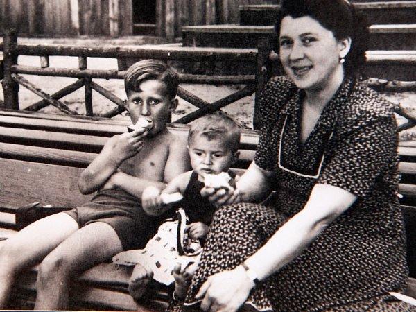 Už jako děti jezdili bratři Jiří a Jan smaminkou na prázdniny do Sloupu vČechách, kde také vznikla spodní fotografie.