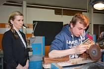 Ministryně Valachová si prošla téměř všechny učební prostory sklářské školy.
