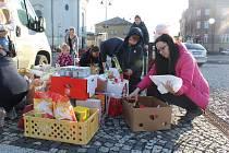 Naplnit prázdný sklad potravin pro lidi v nouzi se rozhodli lidé, které spojilo aktuální hlasování o Rákosníčkovo hřiště v Novém Boru.