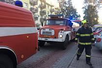 Tři jednotky hasičů vyjely k požáru v panelovém domě na sídliště v Ralsku-Ploužnici.