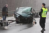 Ve Stružnici se čelně střetly dva osobní automobily. Osmnáctiletá řidička Renaultu Laguna vyjela do protisměru, srážku s protijedoucí Škodou Octavia nepřežila.