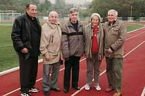 Při setkání atletických seniorů s Danou Zátopkovou. Na snímku s ní jsou jmenovitě Ivan Semerád, Jindřich Carda, Zdeněk Stehlík a Otomar Havelka.