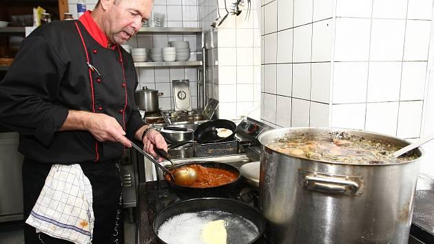 Nemusíte do Vídně, abyste ochutnali to nejlepší z vyhlášené tradiční vídeňské kuchyně. Po celý týden velí v kuchyni hostince U Zlaté lípy v Novinách pod Ralskem šéfkuchař Libor Mikala, který v hlavním rakouském městě vaří více než dvacet let. Na Českolips