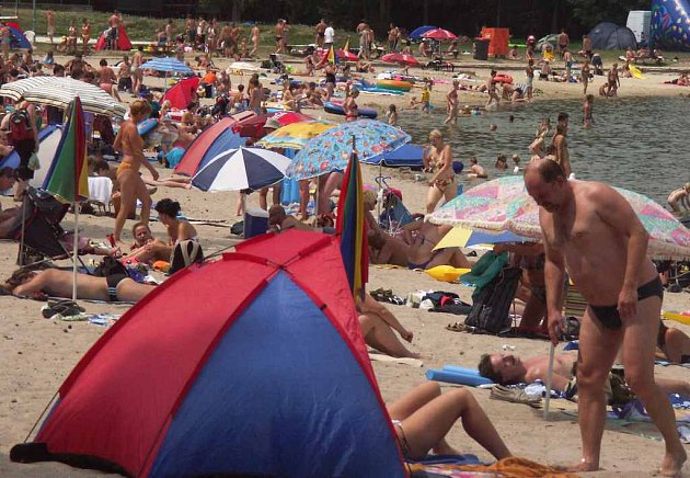 Hlavní pláž Máchova jezera.