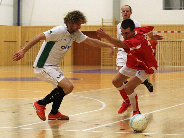 Domácí Zdeněk Brož (v červeném) se snaží proniknout přes Tomeše.