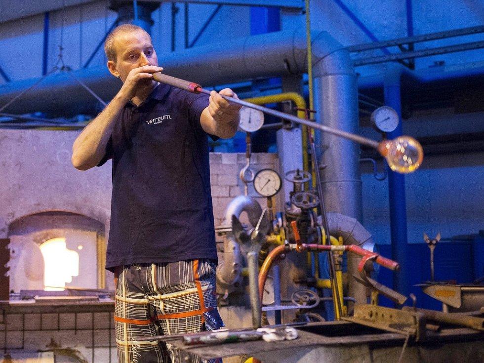 Dvanáct stovek karaf, které půjdou do prodeje, vyráběli skláři v huti sklářské školy v Novém Boru.