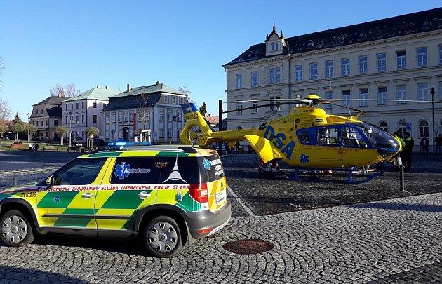 Pro těžce zraněného muže přiletěl do Nového Boru vrtulník.