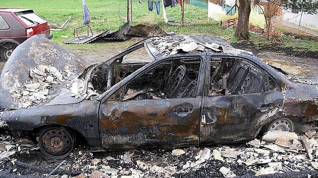 PŘI POŽÁRU shořel Ford Mondeo, který byl zaparkovaný v dřevěném přístřešku u bytového domu.