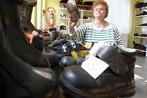 """""""Ošacení, dětských i dámských bot máme dost. Co nám ale zoufale chybí jsou boty pánské a také batohy a tašky, které bychom mohli uprchlíkům dávat,"""" říká Hana Sochorová, pracovnice domu Jonáš, který provozuje českolipská Farní charita."""