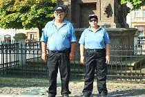 Petr Riemer a Anděla Jirásková, dva noví asistenti prevence kriminality, které od nynějška budete potkávat v ulicích České Lípy. Minimálně do konce tohoto roku.