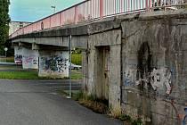 Lávka mezi školním areálem na ulici 28. října a sídlištěm Špičák z roku 1987.