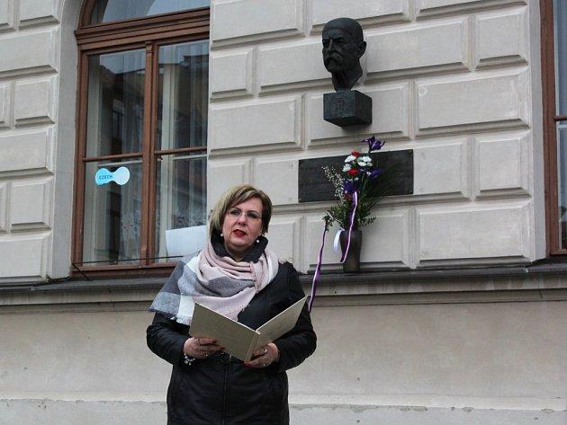 Starostka České Lípy Romana Žatecká občany během svého proslovu vyzvala, aby se před bustou T. G. M. zastavili nejenom 7.března, ale pokaždé, když jdou kolem.