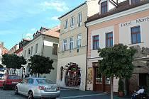 Prvních pět budov nabídla radnice k prodeji v březnu tohoto roku. Jednalo se mimo jiné o právě prodanou polovinu budovy na náměstí T. G. Masaryka vedle restaurace U Hrabala.