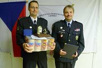 Českolipský hrdina. Praporčík Petr Diviš (na snímku vlevo) je novým držitelem ocenění Psovod roku Libereckého kraje.
