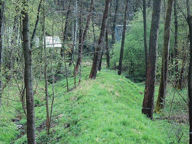 Bahno z Boberského potoka tvoří současný val.