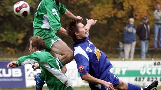 Obránce útočí. Jiří Stehlík (uprostřed) se umí díky své výšce ve výskoku prosadit.