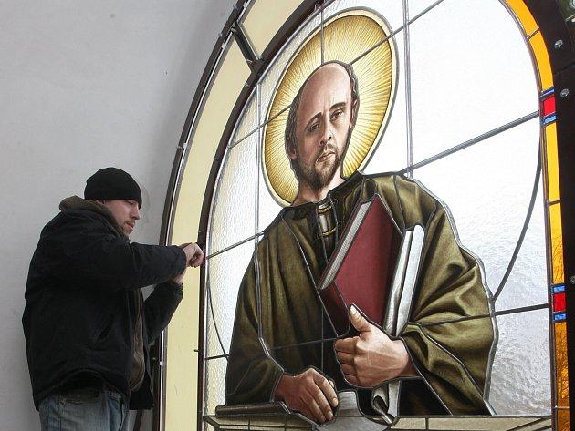 Kostel v Markvarticích na Děčínsku měl být odstřelen. Místo toho vstává z trosek, aktuálně to dokládají nová vitrážová okna, dílo Zdeňka Kudláčka z Nového Boru.