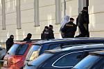 Okresní soud v České Lípě podezřelého ve čtvrtek odpoledne poslal do vazby. Za vraždu bývalé přítelkyně a matky jeho dítěte mu hrozí až 20 let vězení nebo výjimečný trest.