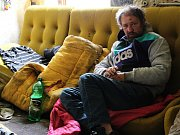 Bezdomovec Víťa Gabriel se po strhnutí domu přestěhuje do lesa.