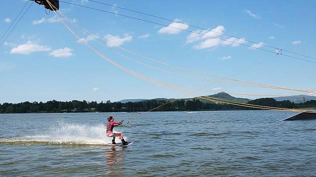 Sportovní nadšenci, ale i úplní amatéři mohou na Horce ve Stráži pod Ralskem zkusit vodní lyžařský vlek.