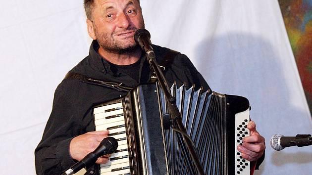 Vyvrcholením akce bude od 18. 30 hodin hudební vystoupení známého písničkáře Václava Koubka.