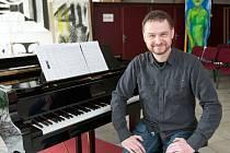 Marek Kučera vystudoval kompozici na konzervatoři v Teplicích.
