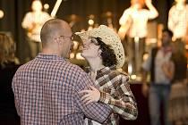 Dámy a pánové ve stylových  kloboucích obsadili o sobotním večeru českolipský Kulturní dům Crystal. Zábavu v rytmu country rozjel na plné pecky pestrý hudební a taneční program.