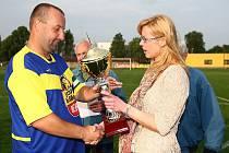 Pohár slaví fotbalisté Mimoně, kteří ve finále porazili cvikovského rivala. Kapitán vítězného mužstva Aleš Opelt převzal cenu od šéfredaktorky Radmily Pokorné.