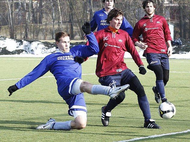 Solidní, i když hodně ostrý přípravný zápas odehrála Česká Lípa B s Doksy. Bečvařík atakován Svatým zakončuje před brankou Doks. Přihlíží Mikysa s Michalem Vaňátkem.