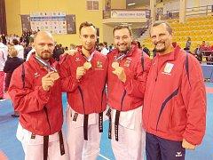 Nerozlučný reprezentační kata tým s bronzovými medailemi.