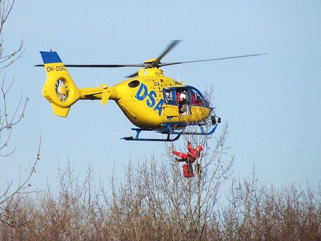Pro popálenou ženu museli záchranáři slanit z vrtulníku.