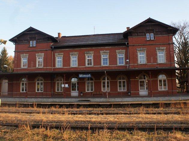 Tmavě červené cihly tvořící fasádu mimoňského vlakového nádraží, které se stalo nejhezčím nádražím roku, nejsou jedinou zajímavostí této budovy, která původně vůbec neměla stát.