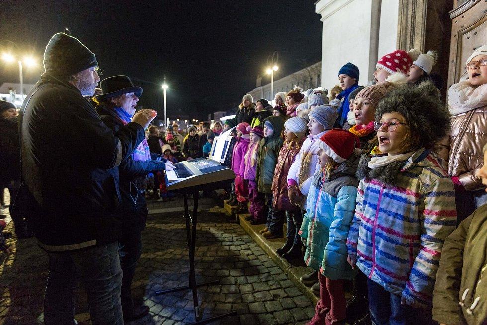 U novoborského kostela Nanebevzetí Panny Marie se na akci Česko zpívá koledy sešlo přes sto lidí.