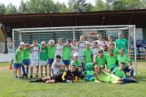 Fotbalový turnaj v Novém Boru pro ročníky 2005 a mladší se vydařil. Na společném snímku jsou oba domácí týmy.