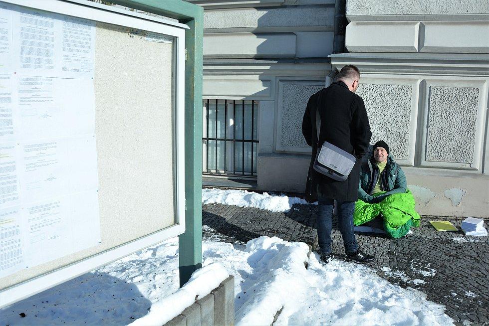 Bývalý učitel Jiří Štágl vedle vchodu do budovy Okresního soudu v České Lípě.