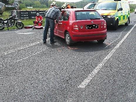 V sobotu hodinu před polednem se v Pihelu srazila fabie s motorkou.