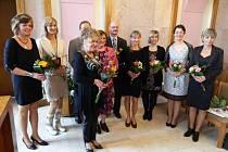 Ocenění si na radnici převzalo celkem 10 učitelů, osm žen a dva muži.