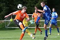 Bozkov – Česká Lípa 0:1 (0:1). Domácí Vodrážka (v modrém) odvrací míč před Prouskem.