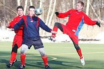 Fotbalisté Jiskry Mimoň se připravují na jarní sezonu v I. A třídě v rámci domácího turnaje, kde se rozešli smírně s Kosmonosy. Hostující obránci Kraus (vlevo) s Horákem se snaží zastavit akci mimoňského Tlapáka.