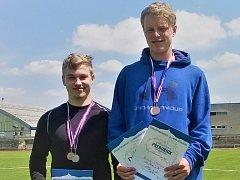 Zlato v oštěpu a bronzový kov ve skoku o tyči pro sebe a svůj klub vybojoval Patrik Stupka (vpravo).