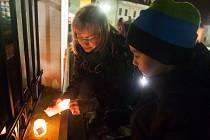 Česká Lípa si ve středu večer na hlavním náměstí T.G. Masaryka připomněla 25. výročí Sametové revoluce.