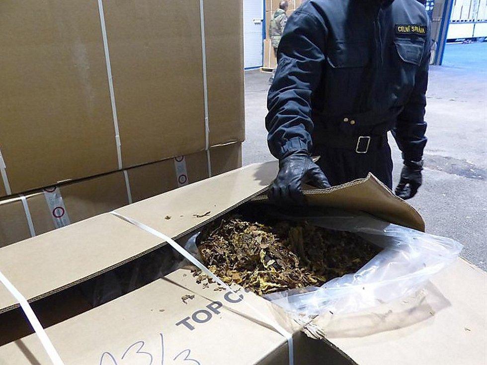 Celníci provedli důkladnou kontrolu nákladu. Kamiony ukrývaly celkem 183 neoznačených kartonových krabic, které obsahovaly 23 940 kg částečně zpracovaných tabákových listů.