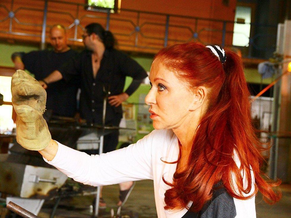 Proslulá Blanka Matragi, mimochodem vyučená brusička skla, se s veřejností setkala na workshopu v lindavské sklárně Ajeto, kde vytvářela skleněné klobouky.
