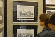 Ojedinělé fotografie Nového Boru a okolí představuje nová výstava Historické fotografie Nového Boru ve foyer novoborského městského divadla.