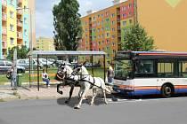 Ty tam jsou rozvrkočené kočáry na vysokých kolech, moderní omnibus je téměř k nerozeznání od běžného autobusu.