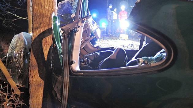 Renault po bočním nárazu do stromu mezi Polevskem a Kytlicemi. Zraněného řidiče hasiči museli vyprostit.