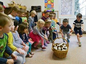 Školka ve Skalici se zapojila do celorepublikové soutěže Státní veterinární správy o nejhezčí dětský obrázek se zvířecí tématikou. A zvítězily! Zástupci SVS a pražské zoologické zahrady jim předali ceny.