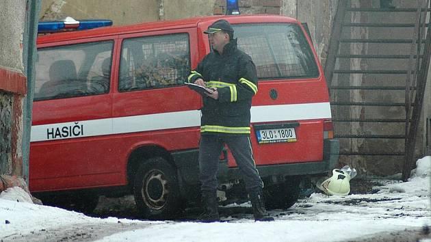 Zásah v hořícím domě si ve Sloupu v Čechách vyzkoušela místní jednotka dobrovolných hasičů společně se sbory z Brniště, Staré Lípy a Skalice u České Lípy.