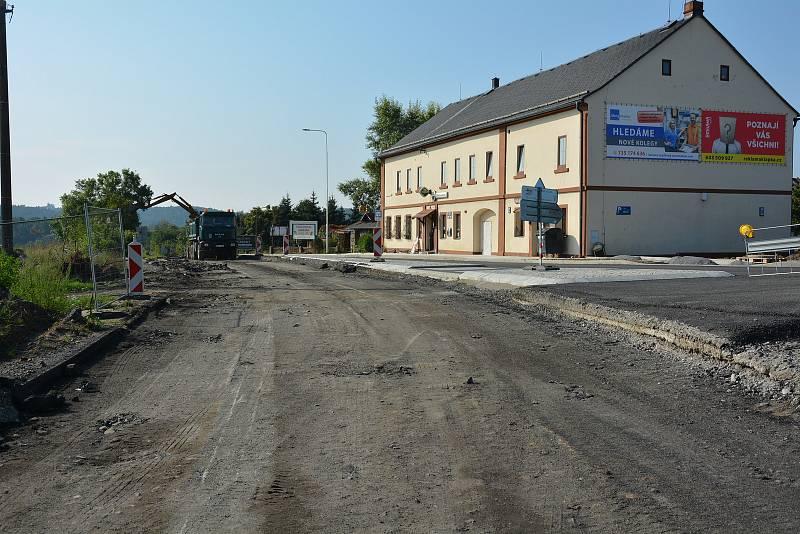 Okružní křižovatka vzniká na rušných trasách - silnicích I/9 a I/15 v Zahrádkách u České Lípy.